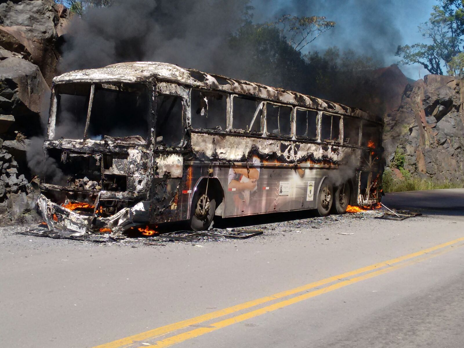 Ônibus <b>pega</b> <b>fogo</b> na Rota do Sol